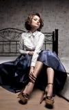 Όμορφη γυναίκα στη μακριά φούστα και την άσπρη μπλούζα Στοκ Φωτογραφία