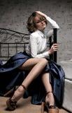 Όμορφη γυναίκα στη μακριά φούστα και την άσπρη μπλούζα Στοκ εικόνες με δικαίωμα ελεύθερης χρήσης
