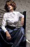 Όμορφη γυναίκα στη μακριά φούστα και την άσπρη μπλούζα Στοκ φωτογραφίες με δικαίωμα ελεύθερης χρήσης