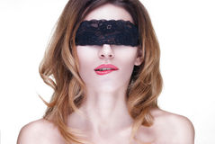Όμορφη γυναίκα στη μαύρη δαντέλλα Στοκ Φωτογραφίες