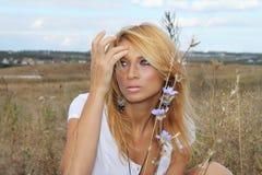 Όμορφη γυναίκα στη φύση Στοκ Εικόνα