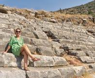 Όμορφη γυναίκα στις καταστροφές του Colosseum 1 100 συλλήφθείτ πολωμένο ακατέργαστο TIFF Τουρκία φίλτρων ISO jpeg kemer Στοκ Εικόνες