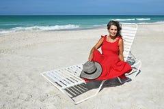 Όμορφη γυναίκα στον πάγκο στοκ εικόνες με δικαίωμα ελεύθερης χρήσης
