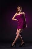 Όμορφη γυναίκα στον πορφυρό χορό φορεμάτων στοκ εικόνα