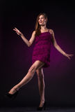 Όμορφη γυναίκα στον πορφυρό χορό φορεμάτων στοκ φωτογραφίες