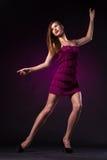 Όμορφη γυναίκα στον πορφυρό χορό φορεμάτων στοκ φωτογραφίες με δικαίωμα ελεύθερης χρήσης