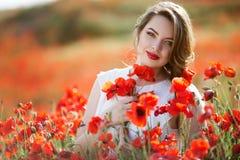 Όμορφη γυναίκα στον τομέα των λουλουδιών παπαρουνών, χρόνος άνοιξη Στοκ φωτογραφία με δικαίωμα ελεύθερης χρήσης