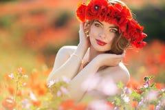 Όμορφη γυναίκα στον τομέα των λουλουδιών παπαρουνών, χρόνος άνοιξη Στοκ εικόνα με δικαίωμα ελεύθερης χρήσης