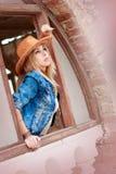 Όμορφη γυναίκα στο άγριο δυτικό ύφος κάουμποϋ, το καπέλο κάουμποϋ και το σακάκι τζιν, photosession πορτρέτου μόδας Στοκ εικόνα με δικαίωμα ελεύθερης χρήσης