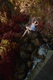 Όμορφη γυναίκα στο δάσος νεράιδων Στοκ φωτογραφία με δικαίωμα ελεύθερης χρήσης