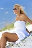 Όμορφη γυναίκα στο άσπρα φόρεμα & τα γυαλιά ηλίου Στοκ Φωτογραφίες