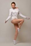 Όμορφη γυναίκα στο άσπρο πουλόβερ και κιλότες που χορεύουν στο στούντιο Στοκ εικόνα με δικαίωμα ελεύθερης χρήσης