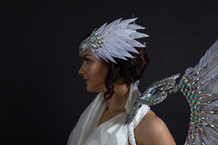Όμορφη γυναίκα στο άσπρο φόρεμα με τα φτερά αγγέλου Στοκ φωτογραφίες με δικαίωμα ελεύθερης χρήσης