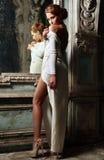 Όμορφη γυναίκα στο άσπρο φόρεμα με τη γυμνή πλάτη. Στοκ Εικόνες