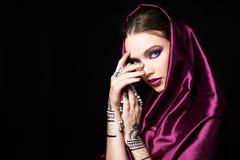 Όμορφη γυναίκα στο ασιατικό ύφος με το mehendi στοκ εικόνα