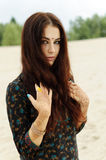 Όμορφη γυναίκα στο ασιατικό ύφος με το mehendi Στοκ Εικόνες