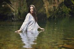 Όμορφη γυναίκα στο δασικό ρεύμα Στοκ Φωτογραφίες