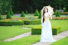 Όμορφη γυναίκα στο γοτθικό φόρεμα Στοκ φωτογραφία με δικαίωμα ελεύθερης χρήσης