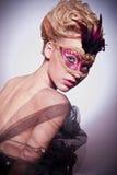 Όμορφη γυναίκα στην ενετική μάσκα Στοκ Φωτογραφία