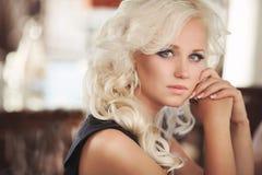 Όμορφη γυναίκα στο εστιατόριο καφέδων, κορίτσι στο φραγμό, θερινές διακοπές. Αρκετά ξανθός στο πρόγευμα. ευτυχής χαμογελώντας γυνα Στοκ Εικόνες