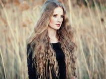 Όμορφη γυναίκα στο θερινό τομέα Φωτογραφία την ηλιόλουστη ημέρα Στοκ φωτογραφία με δικαίωμα ελεύθερης χρήσης