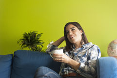Όμορφη γυναίκα στο διαμέρισμα hes Στοκ Εικόνα