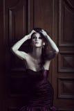 Όμορφη γυναίκα στο ιώδες φόρεμα στοκ φωτογραφία με δικαίωμα ελεύθερης χρήσης