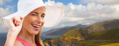 Όμορφη γυναίκα στο καπέλο ήλιων πέρα από τη μεγάλη ακτή sur Στοκ Φωτογραφίες