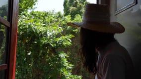 Όμορφη γυναίκα στο καπέλο αχύρου που απολαμβάνει το ταξίδι απόθεμα βίντεο