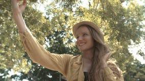 Όμορφη γυναίκα στο καπέλο που κάνει selfie τη φωτογραφία κατά τη διάρκεια των διακοπών της απόθεμα βίντεο