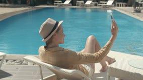 Όμορφη γυναίκα στο καπέλο που κάνει selfie τη φωτογραφία κατά τη διάρκεια των διακοπών της φιλμ μικρού μήκους