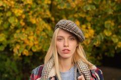 Όμορφη γυναίκα στο καπέλο Φανταχτερό κορίτσι Ελεγμένο υπόβαθρο φύσης ενδυμάτων ένδυσης γυναικών Πηλήκιο ένδυσης κοριτσιών Εξάρτημ στοκ εικόνες με δικαίωμα ελεύθερης χρήσης