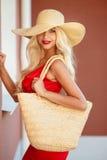 Όμορφη γυναίκα στο καπέλο αχύρου με το μεγάλο χείλο στοκ φωτογραφία