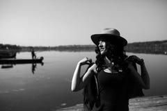 Όμορφη γυναίκα στο κομψό φόρεμα και το άσπρο καπέλο Στοκ φωτογραφίες με δικαίωμα ελεύθερης χρήσης