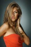 Όμορφη γυναίκα στο κόκκινο φόρεμα στοκ εικόνες