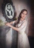 Όμορφη γυναίκα στο μακρύ γαμήλιο φόρεμα Στοκ εικόνα με δικαίωμα ελεύθερης χρήσης