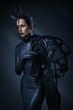 Όμορφη γυναίκα στο μαύρο γοτθικό φόρεμα Το πρόσωπο που φορά μια μάσκα Στοκ εικόνα με δικαίωμα ελεύθερης χρήσης
