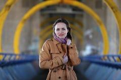 Όμορφη γυναίκα στο μπεζ παλτό που στέκεται σε μια γέφυρα Στοκ φωτογραφίες με δικαίωμα ελεύθερης χρήσης