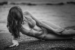 Όμορφη γυναίκα στο μπικίνι σε μια παραλία στοκ φωτογραφία