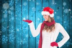 Όμορφη γυναίκα στο παιχνίδι καπέλων santa με τις νιφάδες χιονιού Στοκ Εικόνα
