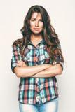 Όμορφη γυναίκα στο πουκάμισο και τα τζιν ελέγχου Στοκ εικόνες με δικαίωμα ελεύθερης χρήσης