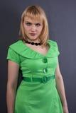 Όμορφη γυναίκα στο πράσινο φόρεμα. στοκ εικόνα