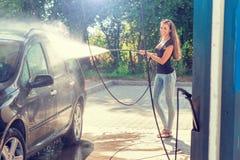 Όμορφη γυναίκα στο πλύσιμο αυτοκινήτων - πλύσιμο χεριών Στοκ φωτογραφία με δικαίωμα ελεύθερης χρήσης