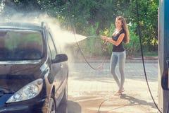 Όμορφη γυναίκα στο πλύσιμο αυτοκινήτων - πλύσιμο χεριών Στοκ Εικόνα