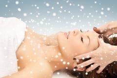 Όμορφη γυναίκα στο σαλόνι μασάζ με το χιόνι Στοκ φωτογραφία με δικαίωμα ελεύθερης χρήσης