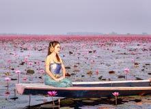 Όμορφη γυναίκα στο ταϊλανδικό παραδοσιακό κοστούμι, που κάθεται στη βάρκα. Στοκ εικόνα με δικαίωμα ελεύθερης χρήσης