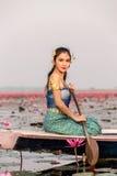 Όμορφη γυναίκα στο ταϊλανδικό παραδοσιακό κοστούμι, που κάθεται στη βάρκα. Στοκ εικόνες με δικαίωμα ελεύθερης χρήσης