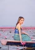 Όμορφη γυναίκα στο ταϊλανδικό παραδοσιακό κοστούμι, που κάθεται στη βάρκα. Στοκ Εικόνες
