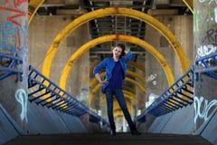 Όμορφη γυναίκα στο τζιν παντελόνι που στέκεται σε μια γέφυρα Στοκ Εικόνες