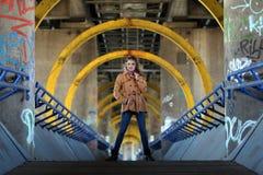 Όμορφη γυναίκα στο τζιν παντελόνι που στέκεται σε μια γέφυρα Στοκ φωτογραφία με δικαίωμα ελεύθερης χρήσης